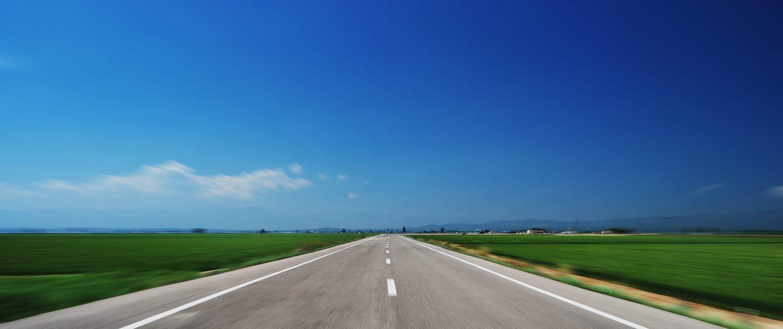 freie Straße mit blauem Himmel